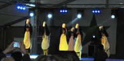 En jazzballettgruppe bestående av unge jenter lot pingvinen slippe ut av egget