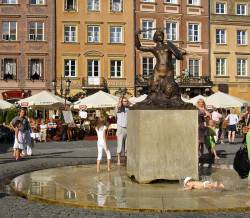 Warszawas havfrue. Legg merke til ungen som presterer å falle akkurat når jeg tar bilde.