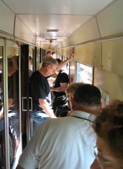Full korridor på toget