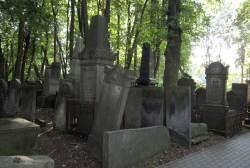 Gravstøtter i hulter til bulter på den jødiske gravplassen