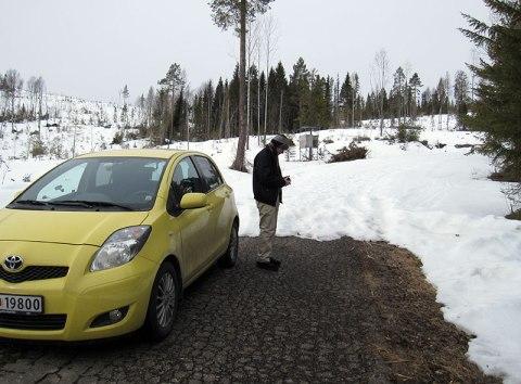 Jardar studerer GPS-en som forteller at vi har 1,3 km igjen til målet